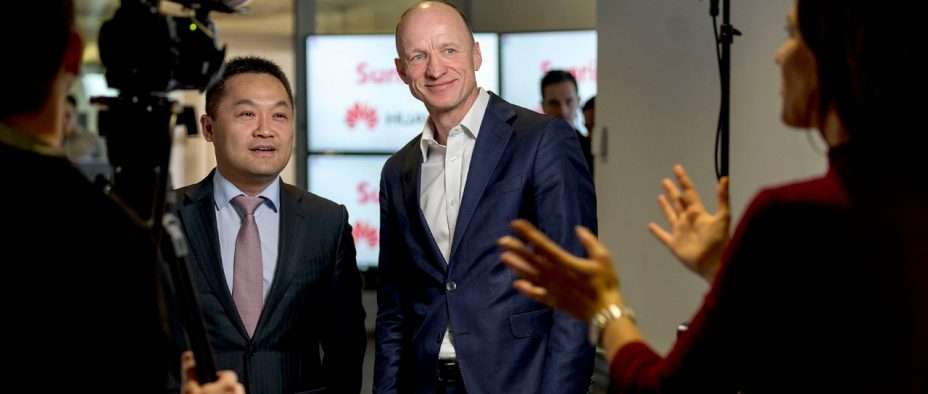 Dong Gang, President Carrier Business Western Europe Huawei, links und Olaf Swantee, CEO Sunrise, rechts, am 12. Dezember 2017 in Zürich.
