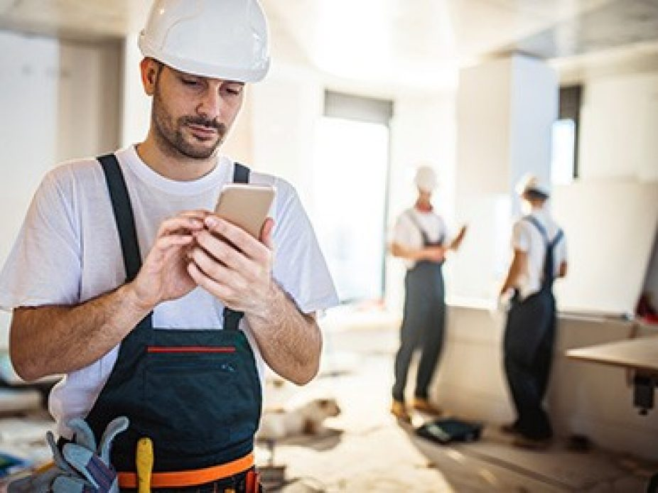 work-smart-handwerker-smartphone